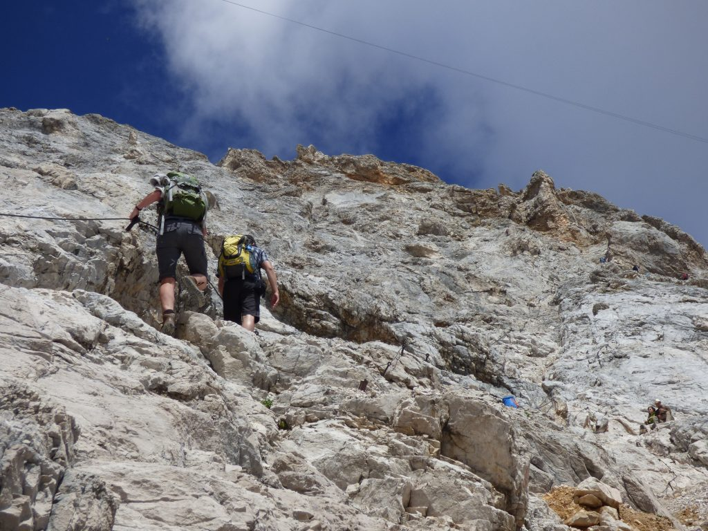 Auf schwarzen Wegen braucht man perfekte Trittsicherheit, Schwindelfreiheit und alpine Erfahrung