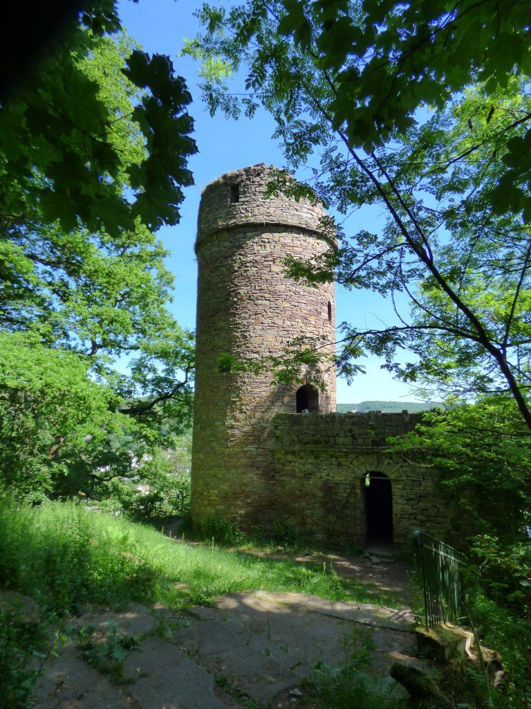 Immer wieder krönen Burgen die Höhen über dem Weser-Radweg.