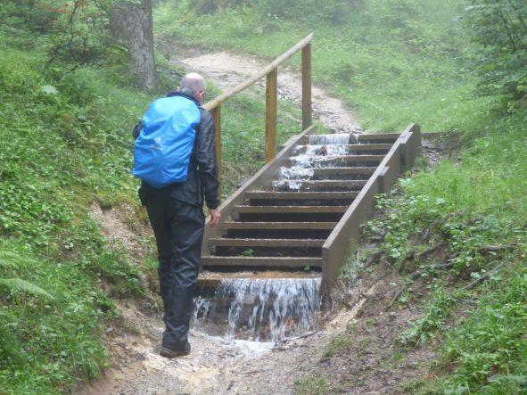 Wanderwege werden zu Bachbetten und Wasserfällen ...