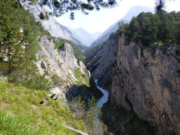 Der Karwendelbach hat sich tief in den Kalkstein eingeschnitten